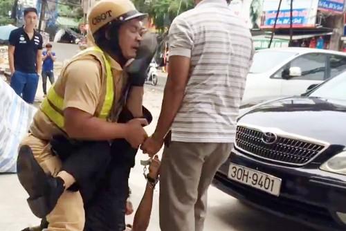 Đã vi phạm còn hành hung cảnh sát giao thông
