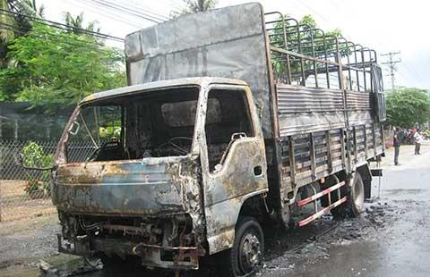 Xe tải chở hộp quẹt gas bốc cháy trên quốc lộ