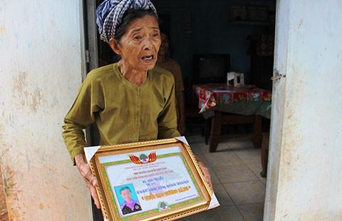 Lừa người già chụp ảnh 'Tuổi cao gương sáng' để lấy tiền