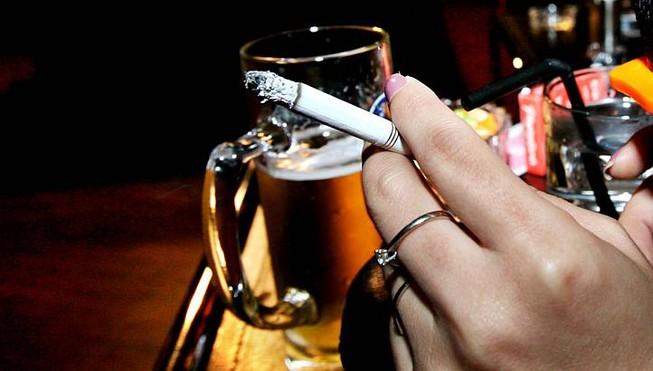 Rượu, thuốc lá làm teo não, mất trí nhớ