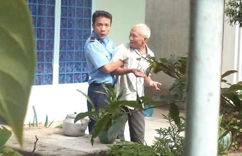 Bảo vệ khóa tay dân để thi hành án