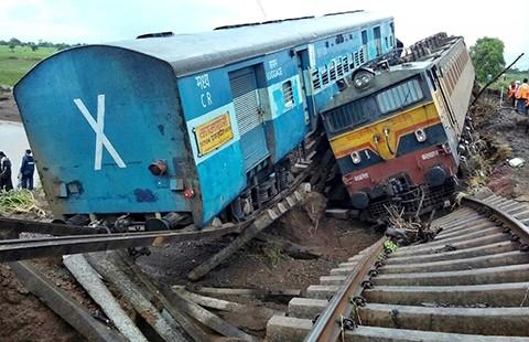 Mưa lũ làm lật hai đoàn tàu hỏa ở Ấn Độ