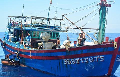 Kịp cứu 12 ngư dân trên tàu hỏng máy