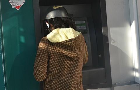 Ba người Bulgaria làm giả thẻ ATM trộm tiền tỉ