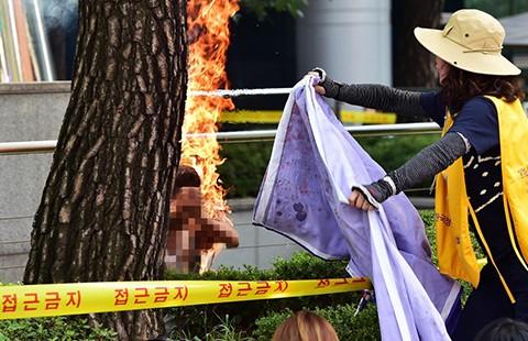 Cụ già 81 tuổi tự thiêu trước đại sứ quán Nhật