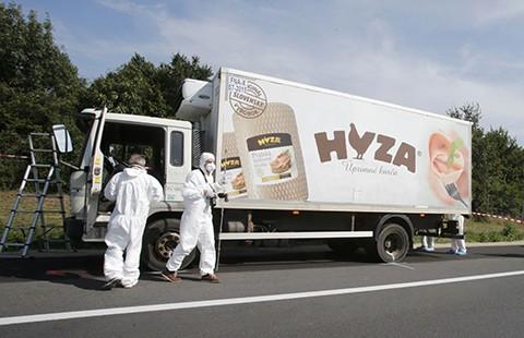 71 xác chết trong xe tải chở gia cầm