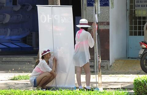 Cho thiếu nữ mặc đồ khêu gợi đi quảng cáo, một công ty bị phạt