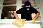 Tóm tên trộm chui gầm giường trốn công an