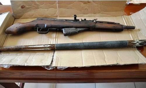 Nghi can tàng trữ bốn khẩu súng ra đầu thú
