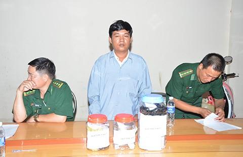 Một người Campuchia chuyển 6.000 USD và 10 lượng vàng qua biên giới