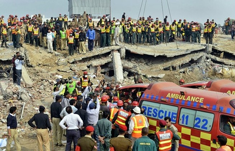 Chưa rõ số nạn nhân dưới nhà máy ba tầng bị sập