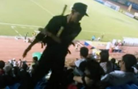 Đình chỉ cảnh sát tát em họ giữa sân bóng