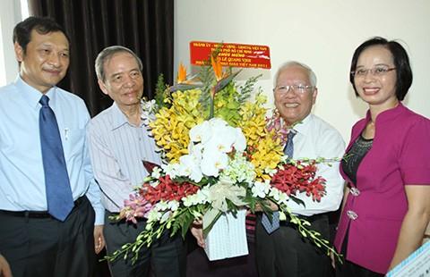 Lãnh đạo TP.HCM thăm và chúc mừng các nhà giáo lão thành