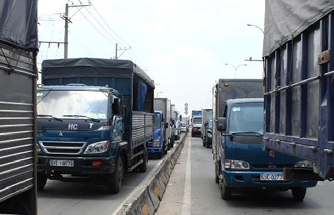 Quốc lộ 1: Cấm xe tải, có giải được kẹt?