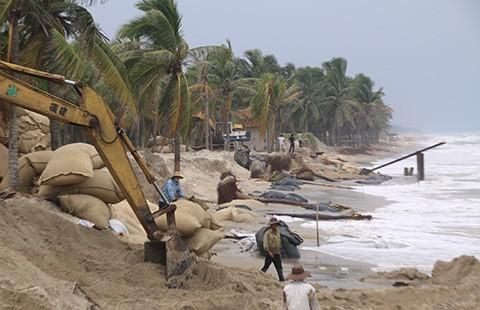 Sóng đánh nát bờ biển Cửa Đại