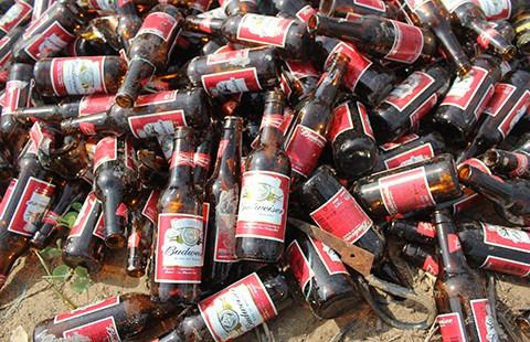 Đổ bậy hàng ngàn vỏ chai bia thủy tinh ngoại