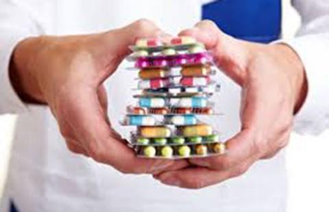 Người bệnh uống thuốc kháng sinh, bác sĩ coi chừng