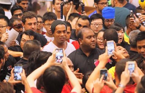 Ronaldinho mở học viện bóng đá tại Singapore