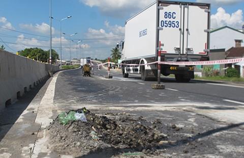 'Áo vá' quốc lộ 1 là do thi công và xe quá tải