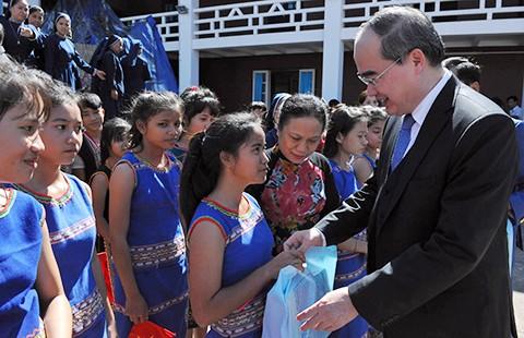 Chủ tịch MTTQ tặng quà Giáng sinh cho trẻ mồ côi, khuyết tật