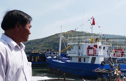 Tàu vỏ thép nằm bờ vì 'vướng' lưới