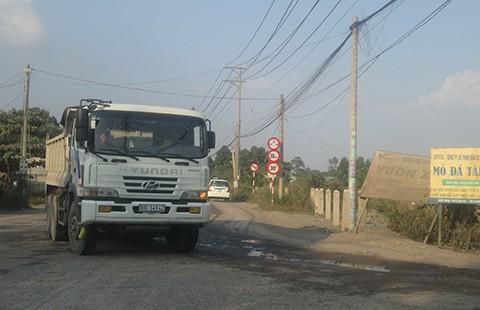 Người dân chấp nhận dỡ rào chặn xe ởmỏ đá Tân Cang