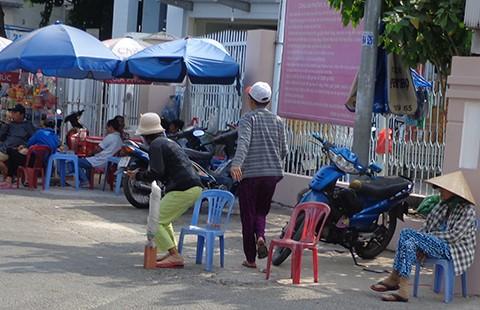 'Cò' vé vẫn dập dìu trước ga Sài Gòn