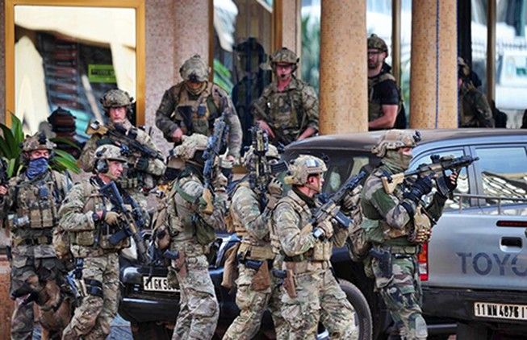 Al Qaeda tấn công khách sạn, bắt cóc con tin