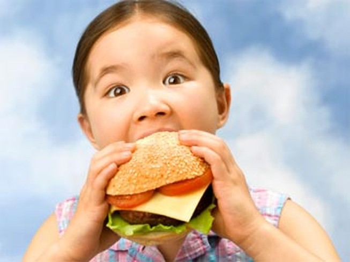 Trẻ bị tăng huyết áp do thừa cân, béo phì