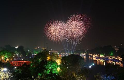 Hà Nội: 10 tỉ đồng bắn pháo hoa dịp tết Bính Thân