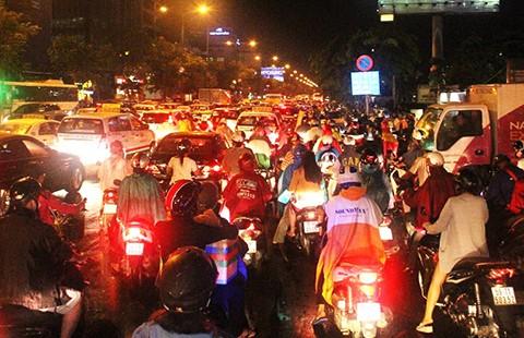 Kẹt xe bít lối sân bay Tân Sơn Nhất