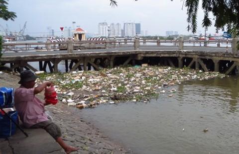 Rác lềnh bềnh trên công viên cảng Bạch Đằng