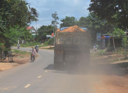 Dân phản đối xe chở cát, đất gây bụi, tiếng ồn