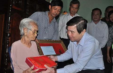 Lãnh đạo TP.HCM chúc tết hộ nghèo huyện Cần Giờ