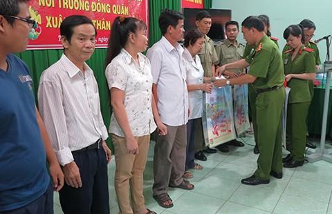 ĐH Cảnh sát nhân dân TP.HCM chúc tết dân