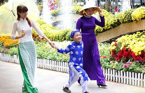 Tuổi teen rủ mẹ đi chùa đầu năm trong tà áo dài