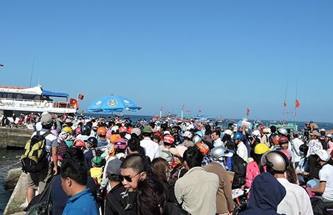 Hàng ngàn du khách chật vật rời đảo Lý Sơn
