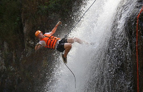 Phóng viên đu dây vượt thác Datanla