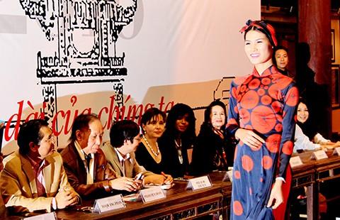 Đại sứ Ý làm người mẫu áo dài Việt