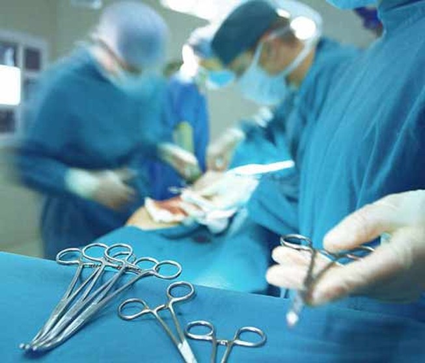 Hai bác sĩ vừa mổ vừa hiến máu cứu sống bệnh nhân