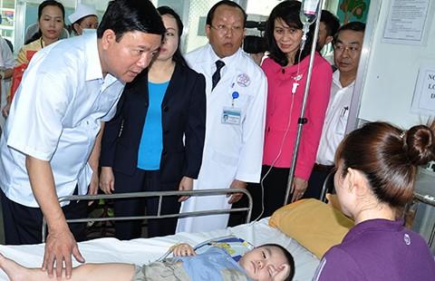 Bí thư Đinh La Thăng nghe bác sĩ hiến kế phát triển ngành y