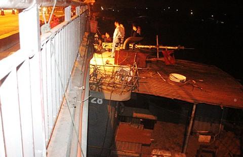 Nghi vấn tàu cố tình chạy sai tông hư dầm cầu