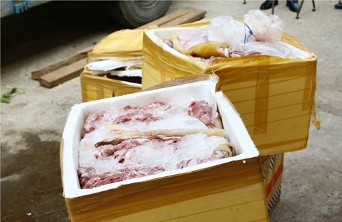 Bắt xe chở thịt đà điểu bốc mùi