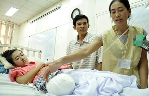 Nữ sinh bị cưa cụt chân: Bệnh viện hứa lo lâu dài
