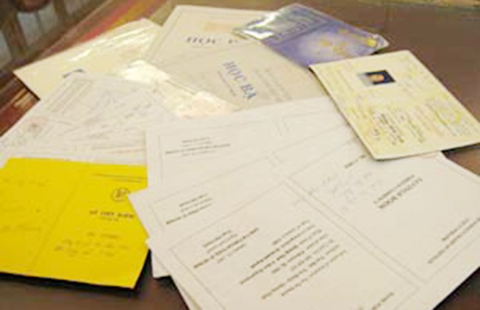 Bắt giữ hai mẹ con tham gia làm giả giấy tờ để đi... du học