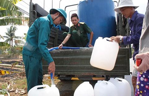 Bộ đội chở nước miễn phí về vùng hạn giúp dân