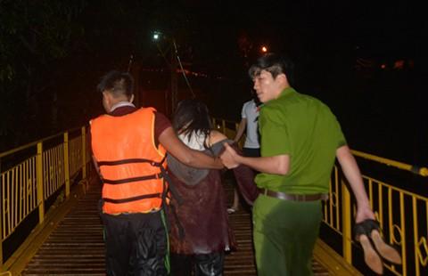 Cảnh sát cứu cô gái uống rượu rồi nhảy hồ tự tử