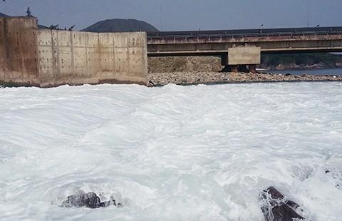 Hà Tĩnh phát hiện dải nước lạ dài khoảng 10 km