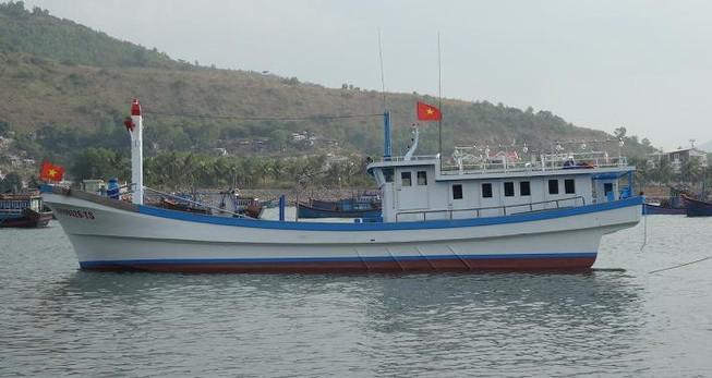 Tặng tàu cá 55.000 USD cho ngư dân bị tàu lạ đâm chìm