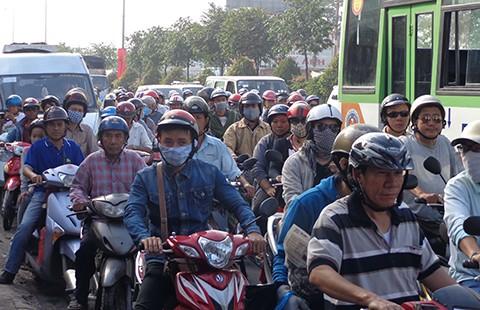 Đường ra cảng Hiệp Phước bị tắc do kẹt xe